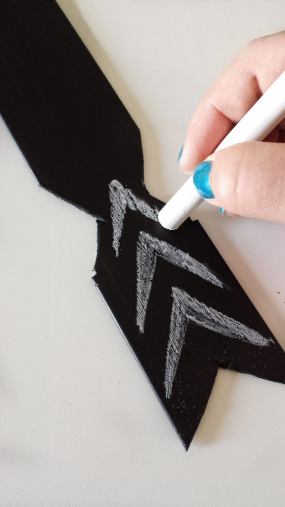 chalk stick design on key hoder diy