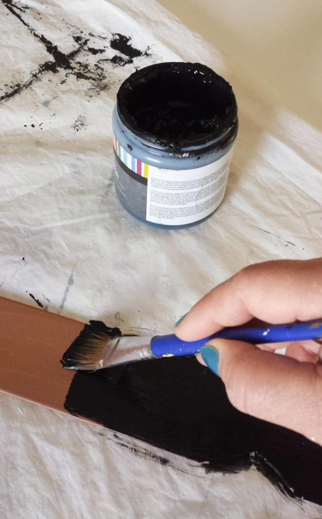 paint chalkboard on arrow for key holder diy